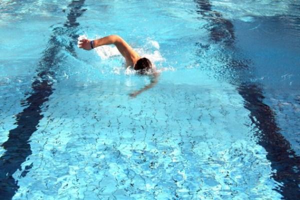 Gyorsúszó férfi az úszómedencében.