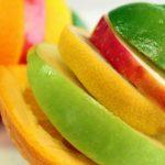 Felszeletelt gyümölcskarikák egymásra halmozva.