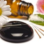 Alternatív gyógyászat eszközei: akupunktúrás tűk, homeopátiás golyók, virágok.