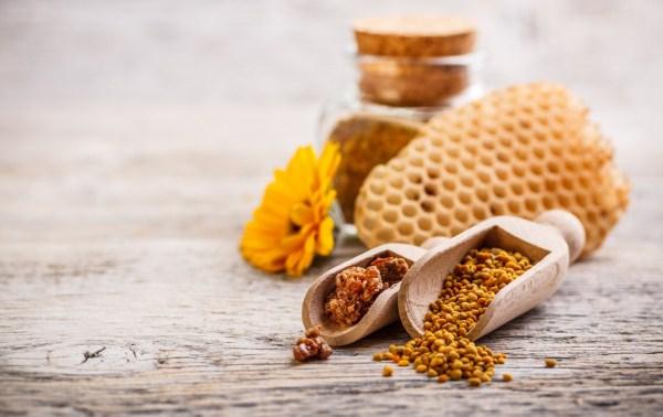 Méhek által készített termékek a képen (propolisz, méhpempő), melyeket az apiterápia alkalmaz.
