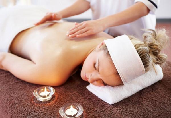 Reiki kezelés kézrátétellel, a kezelt személy mellett aromaterápiás gyertyák.