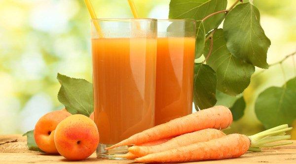 Sok béta-karotint tartalmazó élelmiszerek (sárgarépa, sárgabarack), és a belőlük készült frissen csavart gyümölcslé.
