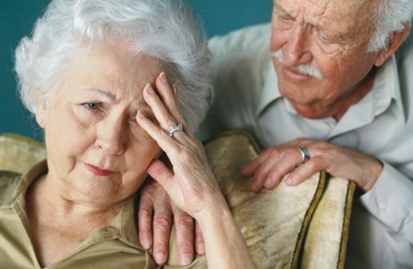 Szomorú, fáradt feleségét vigasztalja egy idősebb úr.