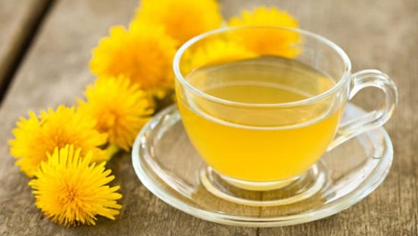 Kitűnő puffadás elleni szer a pitypangtea, mellette a friss sárga virágok.