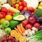 Rengeteg féle színes gyümölcs és zöldség egymás mellé állítva.