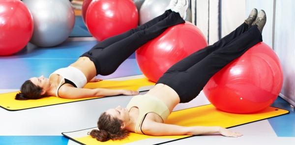 Fitnesslabdával való speciális torna a medencefenék izomzatának megerősítésére.
