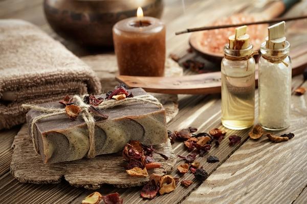 Ájurvéda eszközei: illatmécses, füstőlő, natúr szappan, illóolaj és fürdősó.