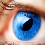 Egy emberi kék szem felnagyított fotója.