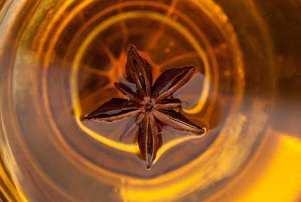 Ánizstea felülről fényképezve, a pohár tetején egy szép csillagánizs.