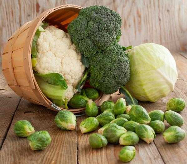 Káposztafélék egy kosárkából kiöntve a padlóra: zöldkáposzta, kelbimbó, brokkoli, karfiol.