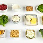 Kalciumban gazdag élelmiszerek 12 kis tálkákra helyezve szépe sorban.