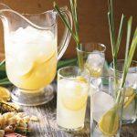 Citromfűből készült limonádé citrommal, jéggel.