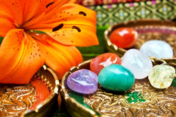 Különféle drágakövek, melyek gyógyító hatással bírnak, mellettük tigrisliliom.