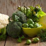 Keresztesvirágúak egy asztallapon: kelbimbó, káposzta, brokkoli, karfiol.