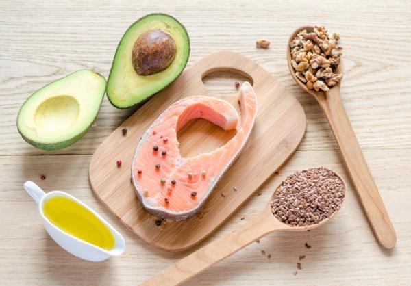 Telítetlen zsírokat tartalmazó élelmiszerek: növényi olajok, lazac, avokádó, chiamag, dió.