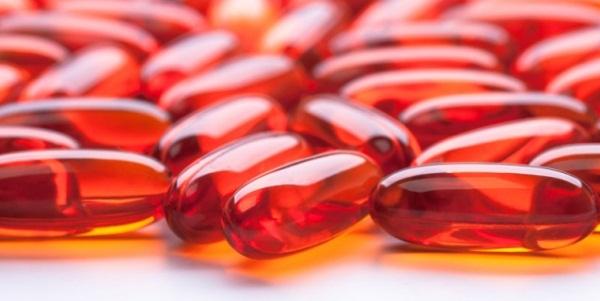 Piros gélkapszulák, melyek krillolajat tartalmaznak.