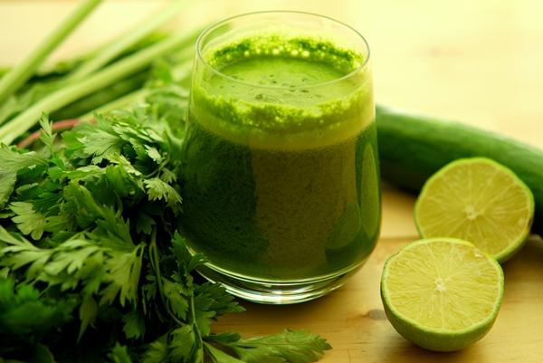 Egészséges zöldturmix sok petrezselyemmel és lime-mal.