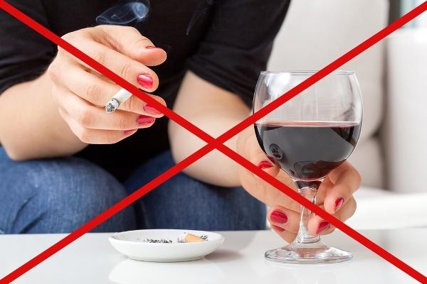 Női kéz, mely egyik kezében cigarettát, másikban egy pohár bort tart. Mindez pirossal áthúzva.