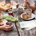 Szabadtéri, őszi reggeli: forró tea, grillezett körte, müzli, áfonya.