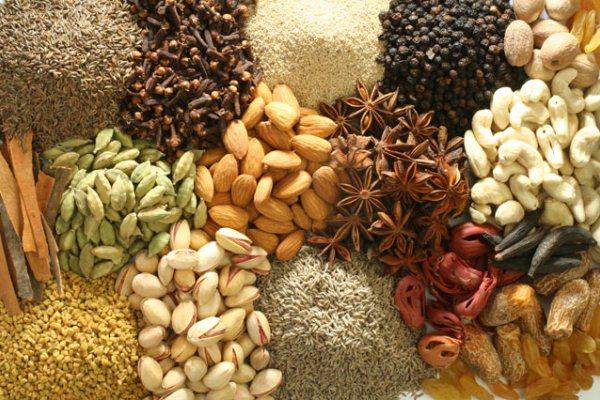 Különféle színes vágyfokozó fűszerek.