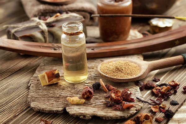 Szárított és porított gyógynövények, gyanták - füstölésre előkészítve.