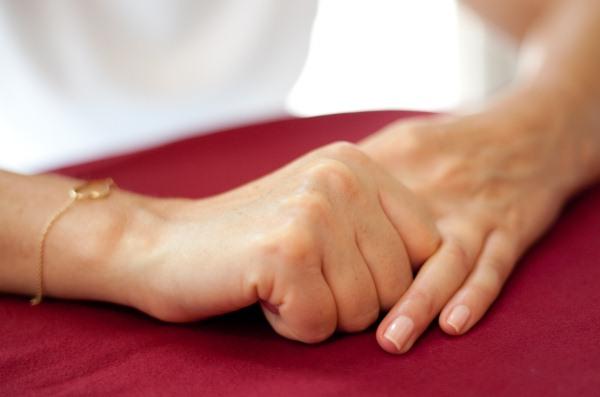 A Jin Shin Jyutsu-féle gyógyáramlat egyik legegyszerűbb gyakorlata: egyik ujjunkat lazán körülfogjuk a másik kezünk ujjaival.