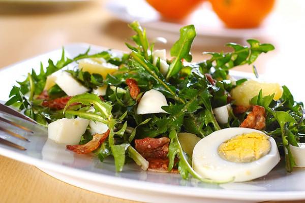 Tavaszi saláta pitypanglevelekkel, főtt tojással, naranccsal és némi szalonnával.