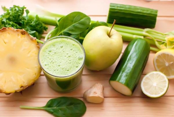 Méregtelenítő, savtalanító koktél uborkából, ananászból, citromból, spenótból, zöld almából és gyömbérből.