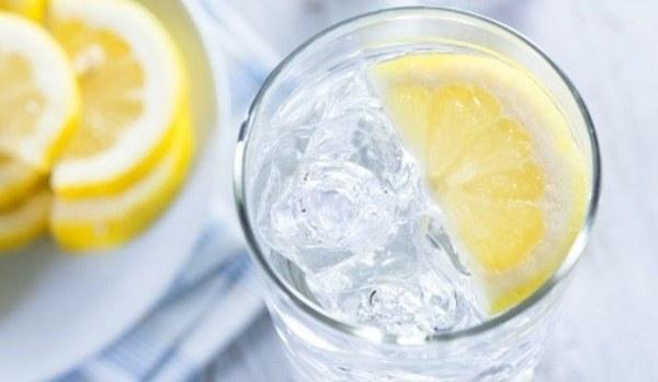 Citromos, jeges víz, mellette citromkarikák.