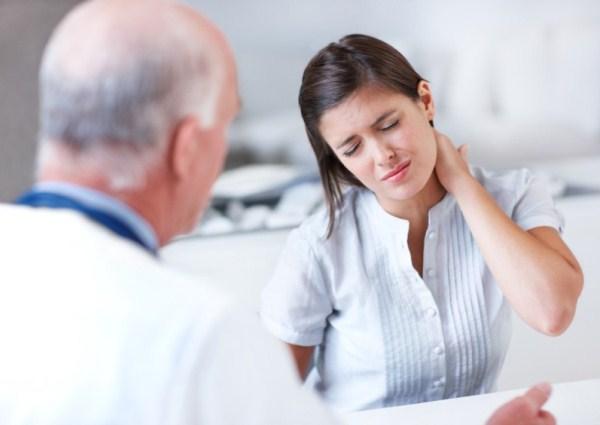 Fiatal nő orvosa előtt nyakfájdalmakra panaszkodik.