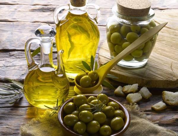 Olívabogyó és a belőle készült olaj szép üvegedényekben.