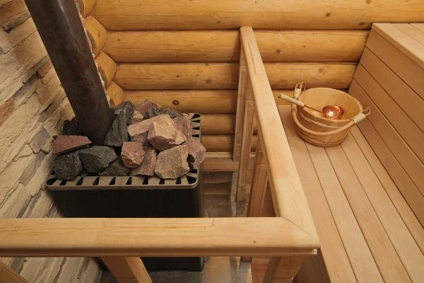 Hagyományos fűtésű finn szauna kályhával, felöntővel.