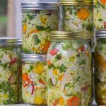 Házilag készült savanyított zöldségek befőttes üvegben eltéve télire.