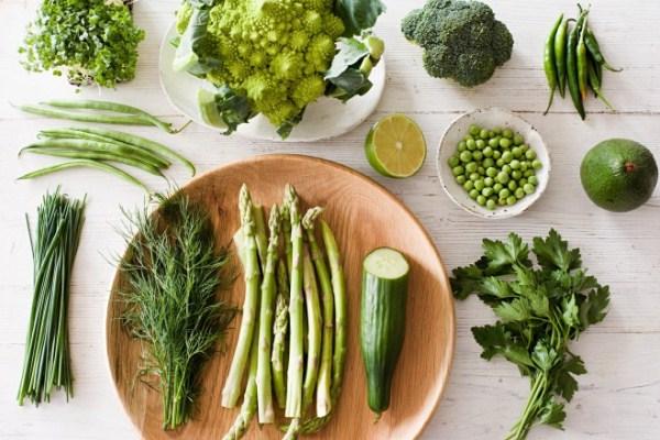 Bázikus zöldségek és gyümölcsök, mind jellemzően zöld színű: spárga, uborka, zöldborsó, lime, brokkoli, zöldbab, zsázsa.