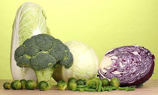 A legfontosabb növényi eredetű kalciumforrások: brokkoli, kelbimbó, zöld és vörös káposzta, kínai kel.