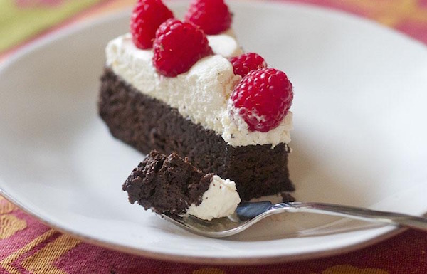 Paleós csokis, kókuszos, málnás tortaszelet.