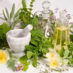 Változókori panaszokra javasolt gyógynövények összegyűjtve, mellettük mozsár és természetes növényi olajak.