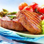 Grillezett bélszín friss zöldségekkel, salátával, paradicsommal és spárgával.