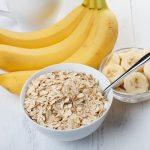 Reggeli müzli banánnal.