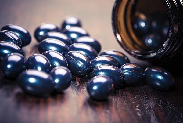 D-vitamin sötétkék gélkapszulákban.