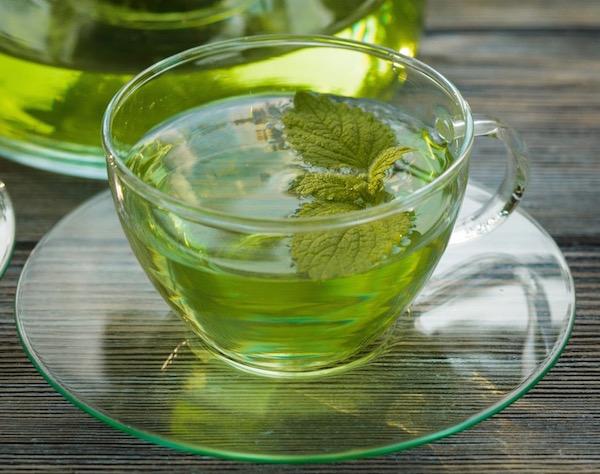 Citromfűből készült, enyhén zöld színű tea.