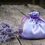 Egy csokor levendula, és a belőle készült lila színű illatzsák.