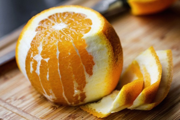 C- és P-vitamint is tartalmazó narancs, héja félig lehántva.