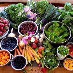 A hagyományos kínai orvoslás szerint besorolt élelmiszerek különféle kis tálkákban egymás mellett.