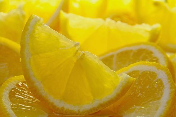 Felszeletelt citromgerezdek egymás mellett.