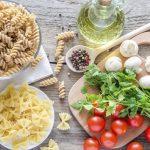 Olaszos ételek tipikus hozzávalói: csavart orsótészta, masnitészta, paradicsom, petrezselyem, gomba, olívaolaj, színes borsok.