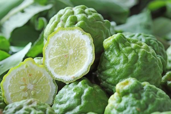 Bergamott élénkzöld színű, lime-hoz kicsit hasonló termései egészben és kettévágva.