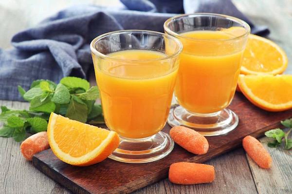 Frissen készített ivólé narancsból és sárgarépából, teli C-vitaminnal.