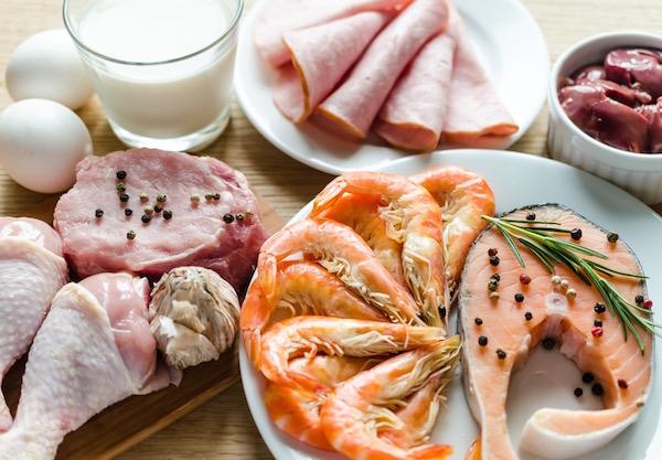 Természetes B12-vitamin-források: tej, tojás, rák, hal, sovány húsok, máj.