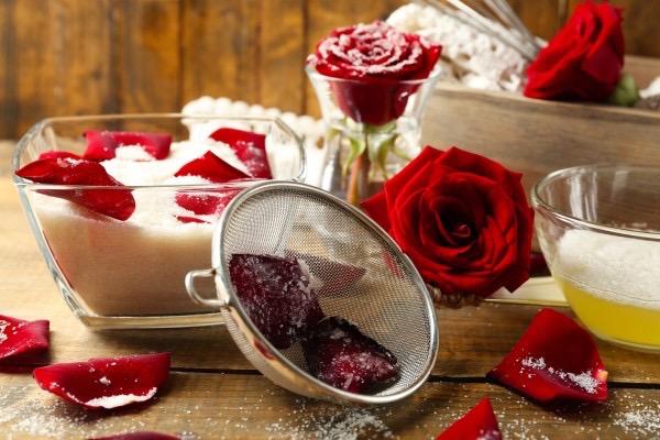 Kandírozott rózsaszirom elkészítésének alapanyagai: vörös rózsa, kristálycukor, tojásfehérhe, habverő, szita.